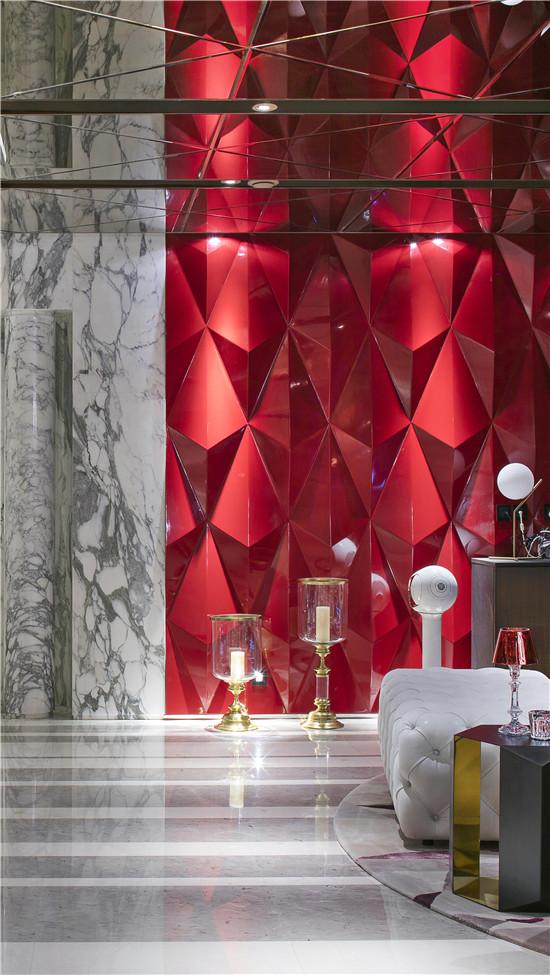 louge墙面上由菱形切割的红色几何造型装饰肌理效果渲染了空间中都市